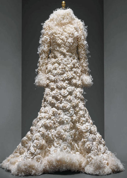 wedding-ensemble-karl-lagerfeld-manus-x-machina-fashion-exhibition-met-nyc_dezeen_936_12